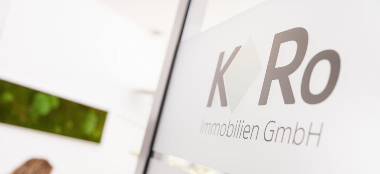 Glastür mit KRo Immobilien Logo