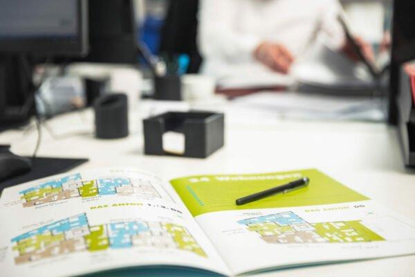 offenes Heft mit Plänen