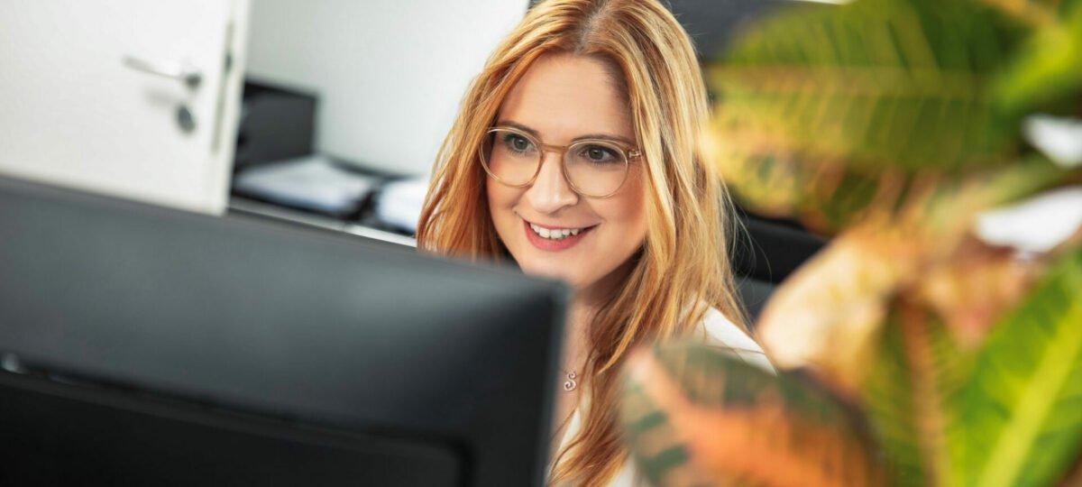 eine Dame vor dem PC Bildschirm