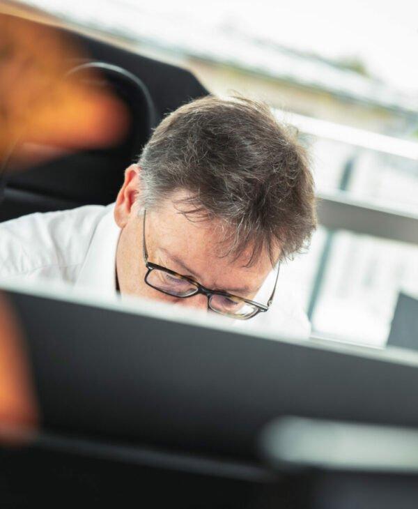 Mann arbeitet vor PC